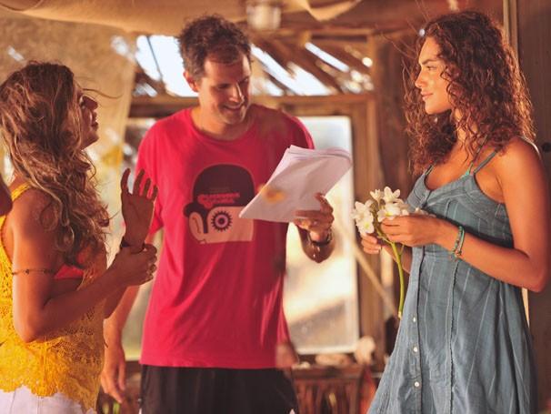 Grazi, o diretor Leonardo Nogueira e Débora Nascimento conversam durante as gravações (Foto: TV Globo / João Miguel Júnior)