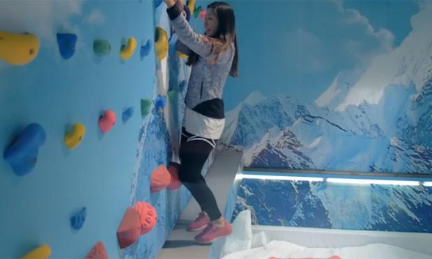 Pegadinha que mostra clientes de uma loja apavorados após o chão 'sumir' faz sucesso na web (Foto: Reprodução/YouTube/THE NORTH FACE KOREA)