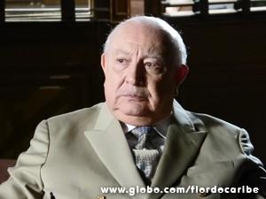 O velho fica chocado ao ser chamado de Klaus Wagner (Foto: Flor do Caribe/TV Globo)