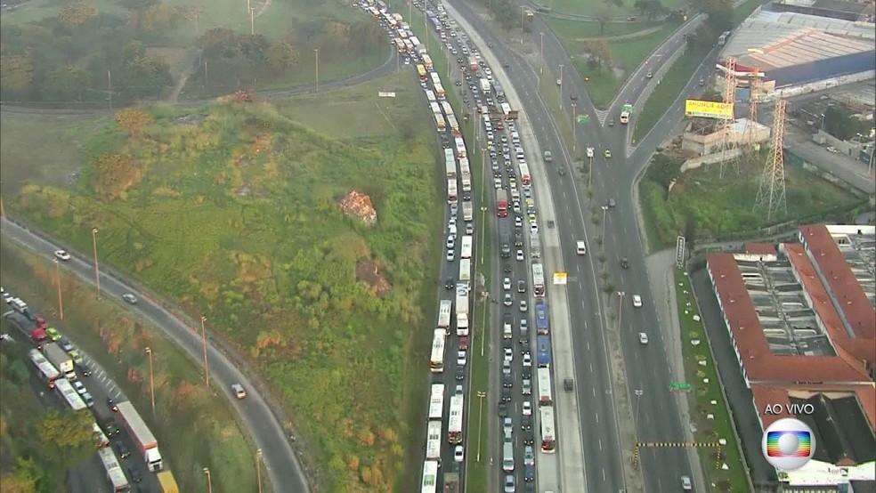 Avenida Brasil congestionada devido a manifestação no Rio (Foto: Reprodução/Globo)