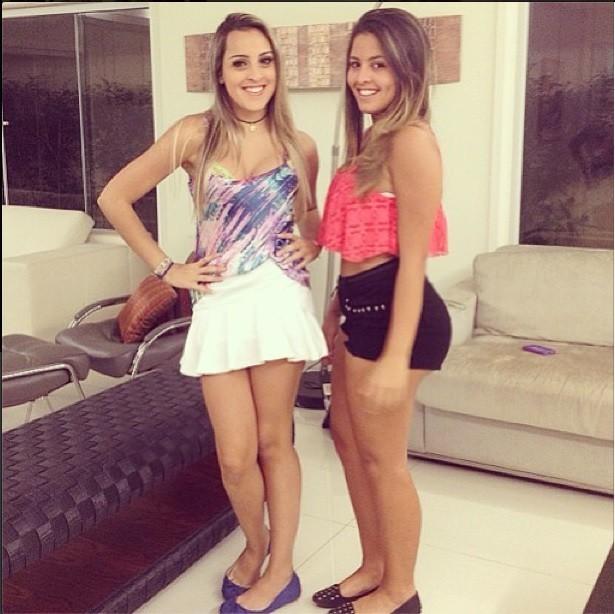 EGO - De shortinho, Danielle Favatto posa com amiga e mostra pernas ... eda9bfeef8