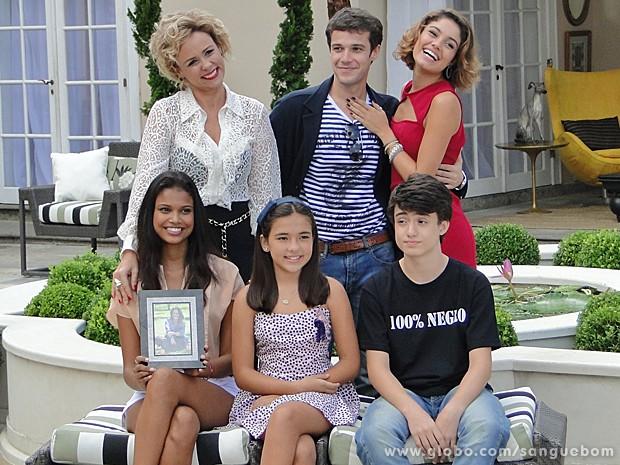 Amora posa feliz e contente com a família para uma revista (Foto: Sangue Bom/TV Globo)