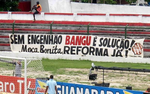 Faixa estádio Moça bonita bangu (Foto: Rafael Cavalieri)