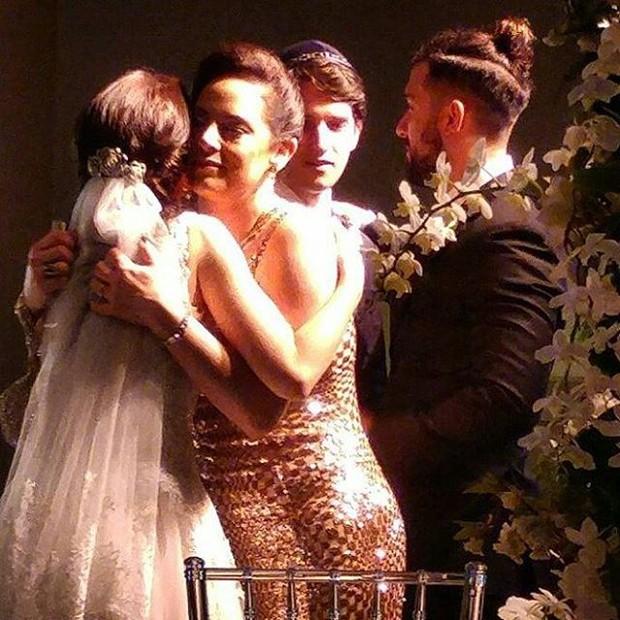 Noivos recebem os cumprimentos de Silvia Abravanel e Edu Pedroso (Foto: Reprodução/Instagram)