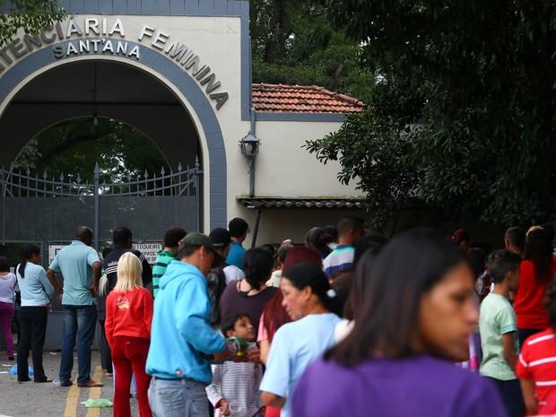 Pessoas fazem fila na penitenciária feminina de Santana, na zona norte de São Paulo, neste dia das mães (Foto: Leonardo Benassatto/Futura Press/Estadão Conteúdo)