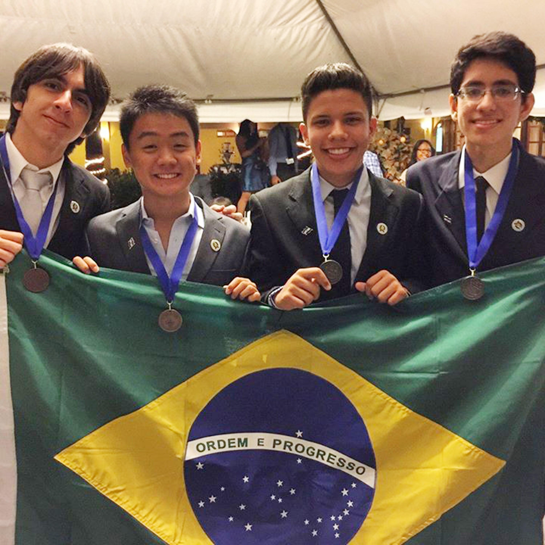Os estudantes representaram o Brasil e conquistaram quatro medalhas, três de prata e uma de bronze (FOTO: DIVULGAÇÃO)