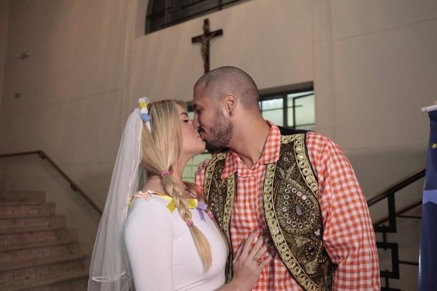 Ex-BBBs Fernando e Aline se casam em festa junina (Foto: Isac Luz/EGO)