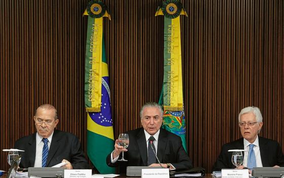 O presidente Michel Temer (c), entre os ministros Eliseu Padilha (e),  da Casa Civil, e Moreira Franco, da Secretaria-Geral da Presidência (Foto:   DIDA SAMPAIO/ESTADÃO CONTEÚDO)