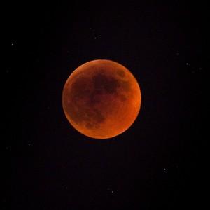 Um eclipse total, nesta madrugada, deixará a Lua cor de sangue  Eclipse_lunar