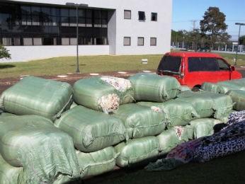 Cobertores contabandeados estavam em um depósito próximo à Ponte da Amizade (Foto: Polícia Federal / Divulgação)