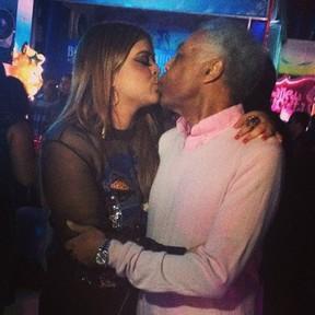 Preta Gil dá selinho no pai, Gilberto Gil, em sua festa de aniversário no Rio (Foto: Instagram/ Reprodução)