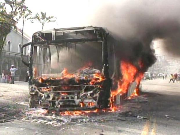 Ônibus foram incendiados na região do Jaraguá (Foto: Reprodução/ TV Globo)