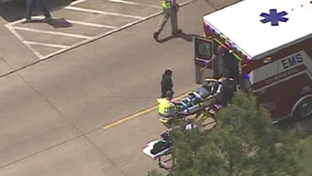 Feridos são socorridos nesta terça-feira (9) após incidente em campus na região de Houston, no Texas (Foto: AFP)