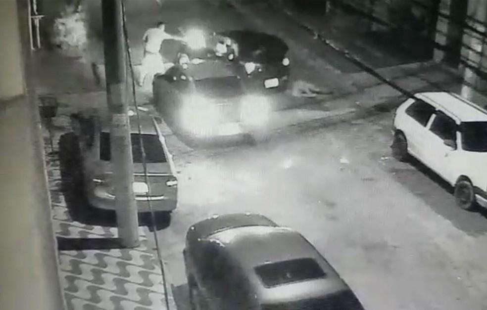 Câmera de segurança registrou momento que PMs são abordados por criminosos em Guarulhos (Foto: Reprodução/WhatsApp)