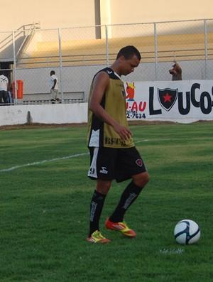 Warley vive a expectativa de marcar o primeiro gol com a camisa do Botafogo-PB (Foto: Lucas Barros / Globoesporte.com/pb)