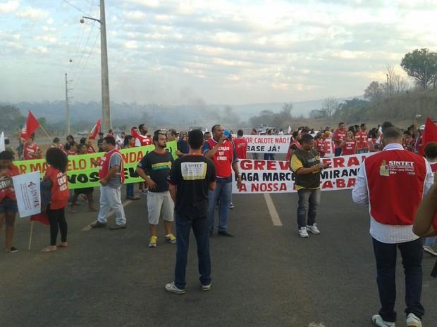 Manifestantes fecham a TO-050 (Foto: Divulgação/Sisepe)