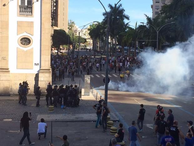 Bombas de gás foram soltas perto da Alerj (Foto: Matheus Rodrigues/G1)