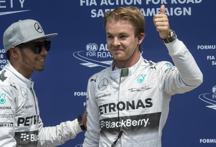 Lewis Hamilton cumprimenta Nico Rosberg após treino classificatório do GP do Canadá (Foto: AP)