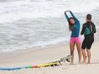 Carol Nakamura surfa na praia da Macumba, no Rio