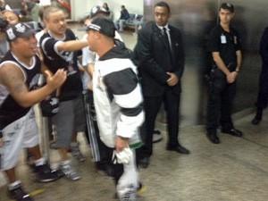 Corintiano é recepcionado por outros torcedores (Foto: Roney Domingos/G1)