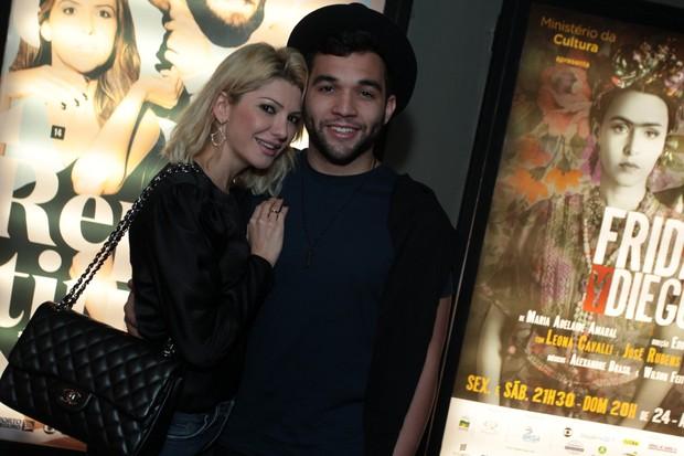 Antônia Fontenelle e Jonathan Costa assistem a peça no Rio (Foto: Marcello Sá Barretto / AgNews)