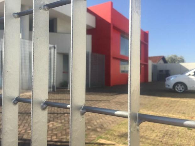 Suspeita é que ladrões tenham entrada pela porta lateral (Foto: Gabriela Pavão/ G1 MS)