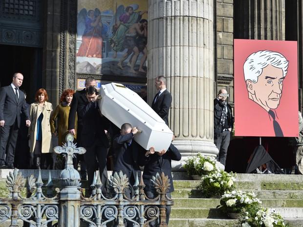 Caixão com corpo do diretor Alan Resnais é levado para cerimônia antes do sepultamento (Foto: AFP PHOTO/LIONEL BONAVENTURE )