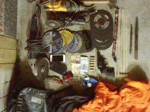 Material encontrado pelos policiais seria usado para arrombar o cofre (Foto: Divulgação / Polícia Militar)