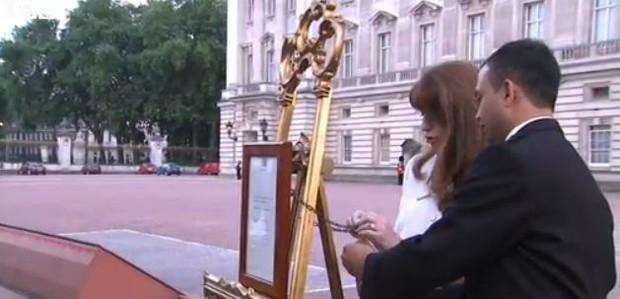 Notícia do nascimento do bebê real (Foto: Reprodução / BBC)