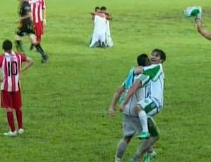 Jogadores da Esportiva de Guaxupé comemoram o acesso para o Módulo II do Mineiro (Foto: Reprodução EPTV / Michel Diogo)