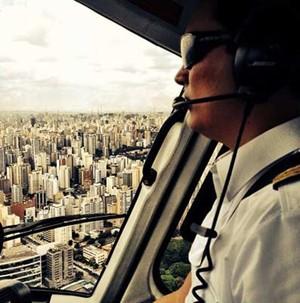 Thomaz Alckmin pilotando em foto publicada no Instagram da mulher dele (Foto: Reprodução/Instagram)