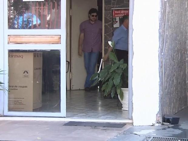 Luciano saiu pelas portas do fundo da delegacia (Foto: Reprodução / TV TEM)