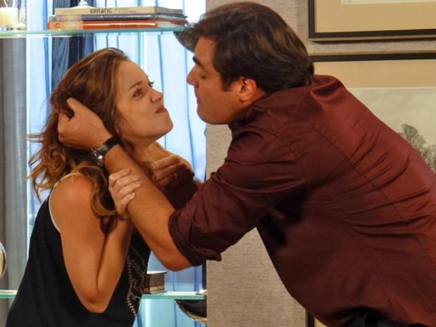 Marcos castiga Laura por acreditar que ela revelou a chantagem ao Caíque (Foto: Gabriela Duarte / Gshow)