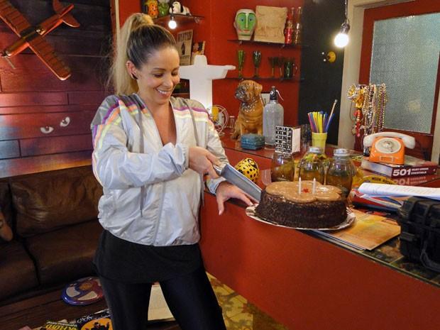 Danielle cortou o bolo de baixo pra cima para dar sorte (Foto: Malhação / TV Globo)
