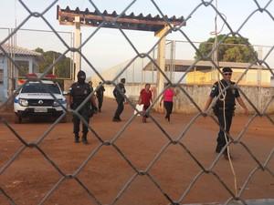 De acordo com o titular da Sejuc, 50 familiares são feitos reféns pelos detentos (Foto: Valéria Oliveira/G1)