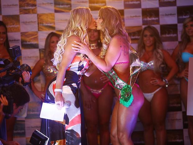 Andressa Urach dá selinho em Eliana Amaral, segunda colocada, na final do Miss Bumbum 2013 em São Paulo (Foto: Iwi Onodera/ EGO)