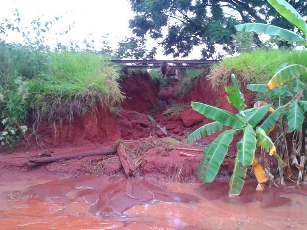 Aterro próximo a antiga linha tenha desmoronado com a força da chuva (Foto: Alex Barreto / Cedida)