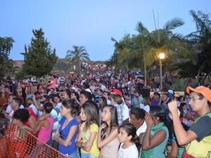 Público acompanha a encenação da Paixão de Cristo em Alpinópolis (Foto: Samantha Silva / G1)