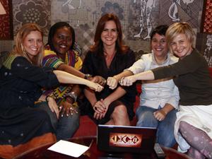 Renata Ceribelli com as participantes da série 'Liga das Mulheres' (Foto: TV Globo / Isac Luz)