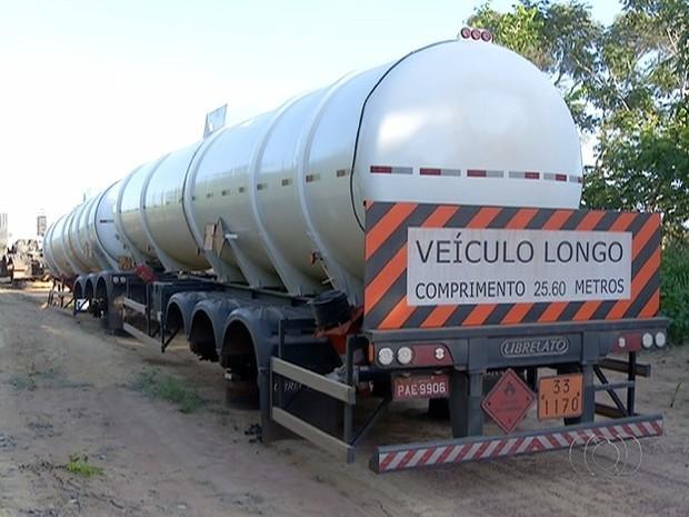 Criminosos amarraram o motorista e levara caminhão para estrada vicinal  (Foto: Reprodução/TV Anhanguera)
