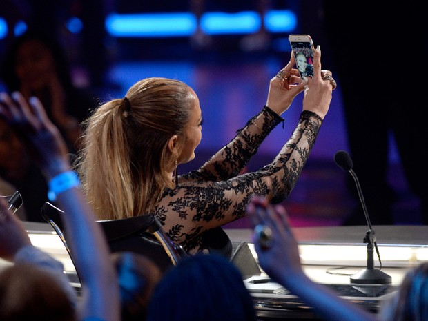 Jennifer Lopez tira selfie durante a final da 14ª temporada do American Idol em Los Angeles, nos Estados Unidos (Foto: Kevork Djansezian/ Getty Images/ AFP)