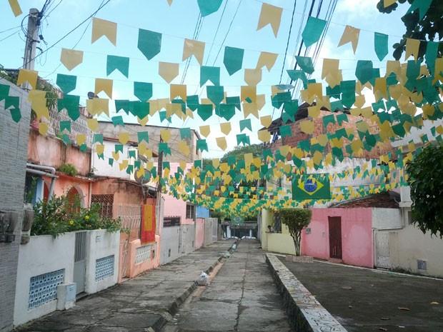 Rua Silveira Martins, em Salvador, enfeitada pela moradora Gilda Geão (Foto: Gilda Geão/VC no G1)
