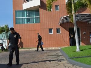 Policiais recolheram documentos em prédio da zona Leste de Boa Vista (Foto: Inaê Brandão/G1 RR)