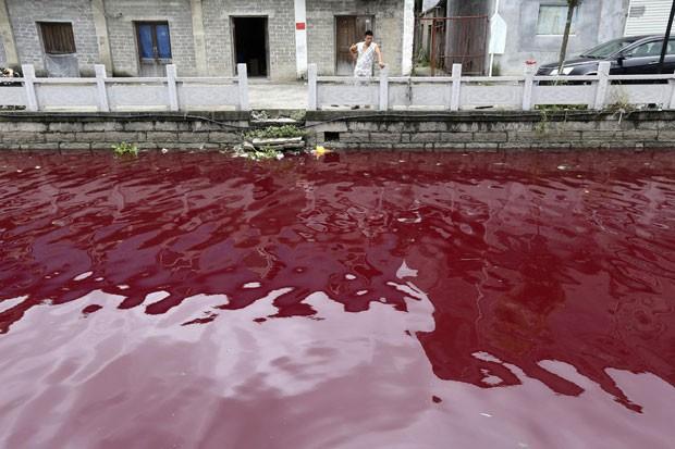 Autoridades ainda desconhecem o que causou a mudança de cor na água (Foto: Reuters/Stringer)
