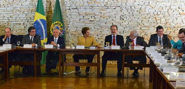 Dilma com ministros na reunião ministerial  (Foto: José Cruz / Agência Brasil)