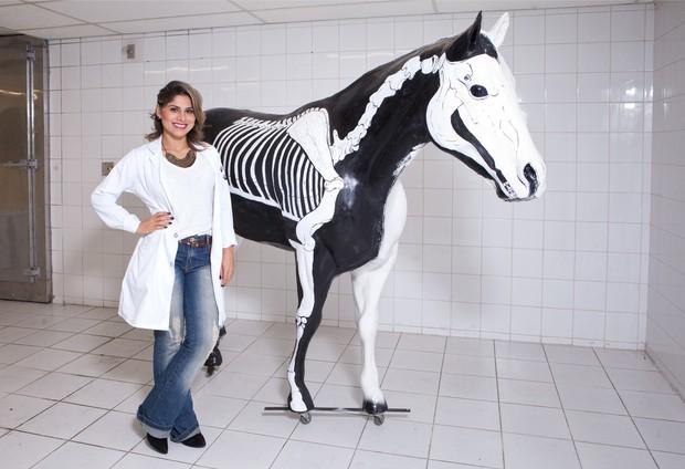 Vanessa Mesquita está cursando medicina veterinária para ajudar sua ONG animal (Foto: Divulgação / Adriana Barbosa)