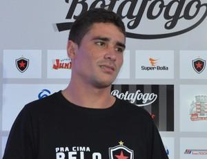 Lateral-esquerdo do Botafogo-pb, Glaybson (Foto: Hévilla Wanderley / GloboEsporte.com/pb)
