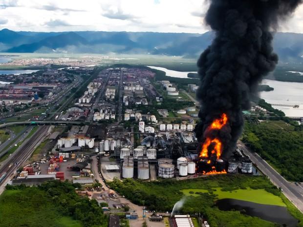 Incêndio atinge tanques de combustível em Santos, no litoral de São Paulo. O fogo começou por volta das 10h desta quinta-feira (2). Segundo nota dos bombeiros não há vítimas (Foto: Sérgio Furtado/G1)
