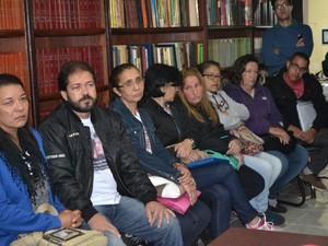 Famílias de vítimas de acidente na Mogi-Bertioga se reuniram com advogado em Mogi (Foto: Maiara Barbosa/ G1)