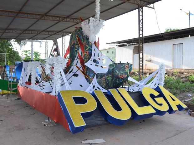 Profissionais trabalham fazendo os ajustes finais nas alegorias do bloco da Pulga (Foto: Adonias Silva/G1)